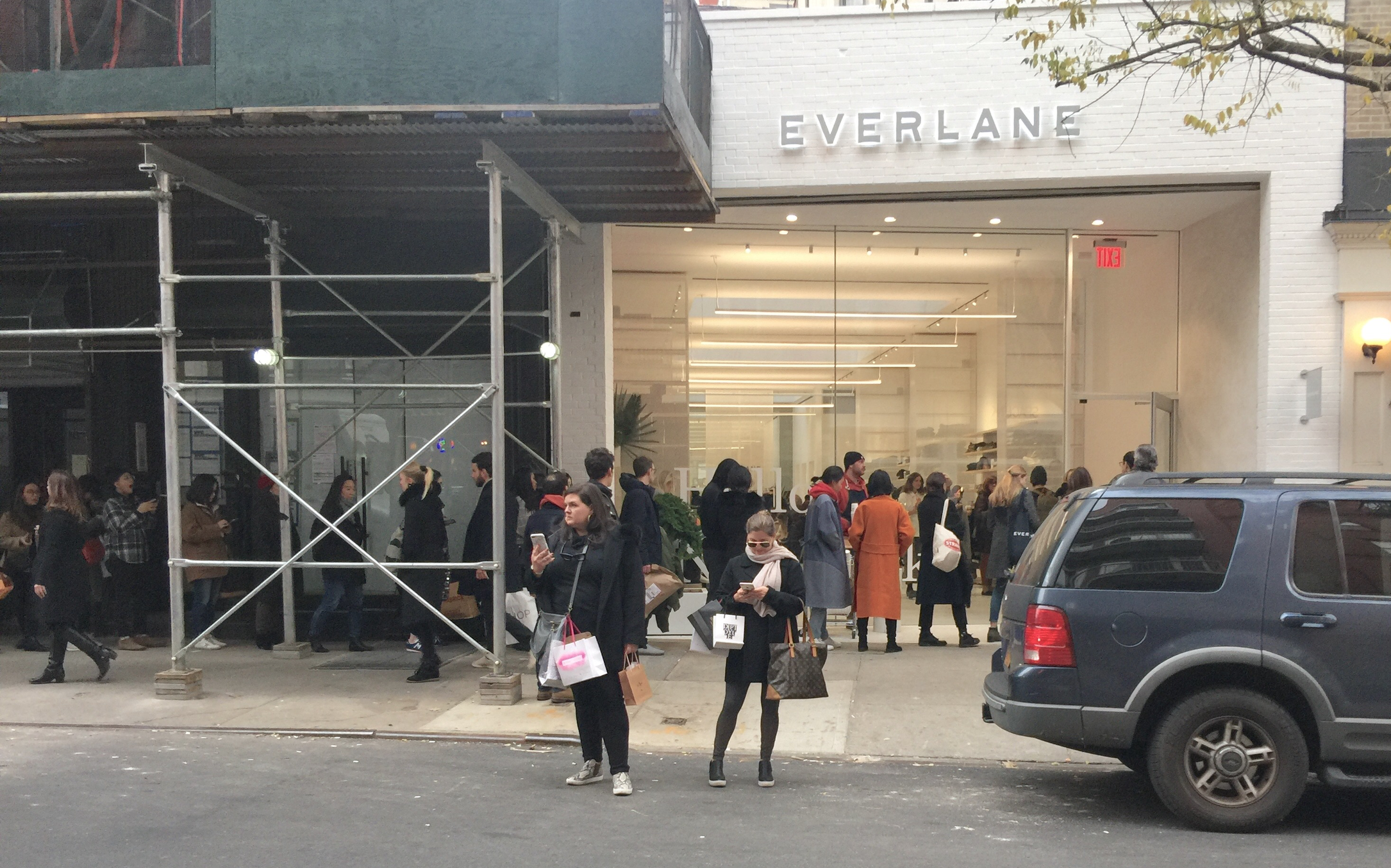 line outside everlane store NYC